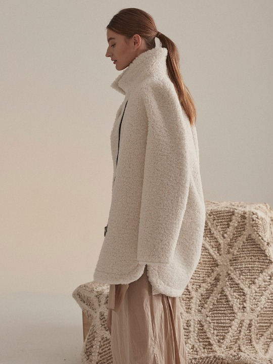 Mouton Faux-Shearing Reversible Middle Mustang Coat_Ecru Ivory